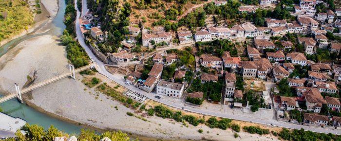 Reportáž z Albánska. Čo s 2400 ročným mestom Berat urobili komunisti.