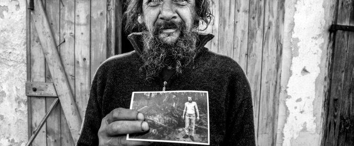 6 silných príbehov zachytených na 7-mich čiernobielych fotografiách.